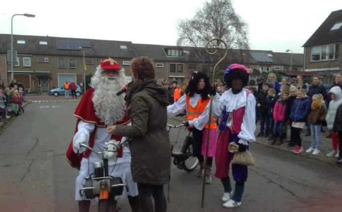 Bij basisschool de Fontein in Ter Aar zijn de Sint en zijn Pieten met de solex aangekomen.