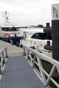 Opvarenden luxe jacht halen nat pak bij aanvaring op Waal bij Loevestein