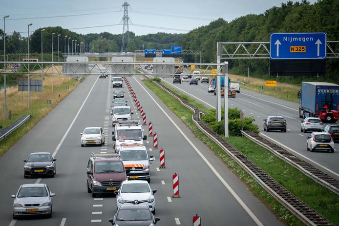 Beeld van de opstopping op de A325 tussen Nijmegen en Arnhem op maandagochtend.