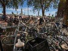 Parkeerplaats voor auto moet wijken om fietsenchaos in Kamper binnenstad op te lossen