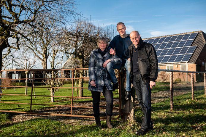 Het boerengezin van Christien, Arjan en Roelof (vlnr) Marskamp ziet de toekomst weer positief tegemoet. In ieder geval de komende zes jaar worden ze niet gehinderd door de natuurplannen van de provincie.