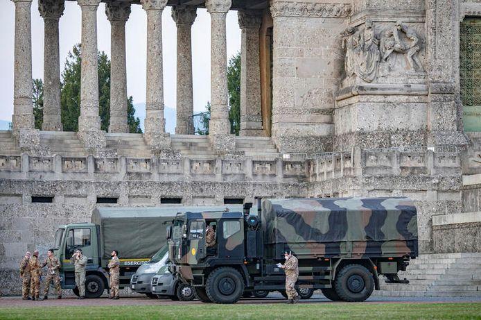 Een militaire truck bij de begraafplaats van Bergamo.