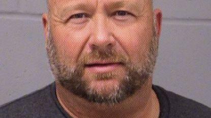 Complotdenker Alex Jones opgepakt voor dronken rijden (maar trekt dat in twijfel)