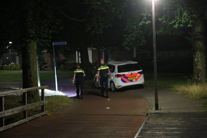 De politie doet onderzoek op de plaats van de straatroof