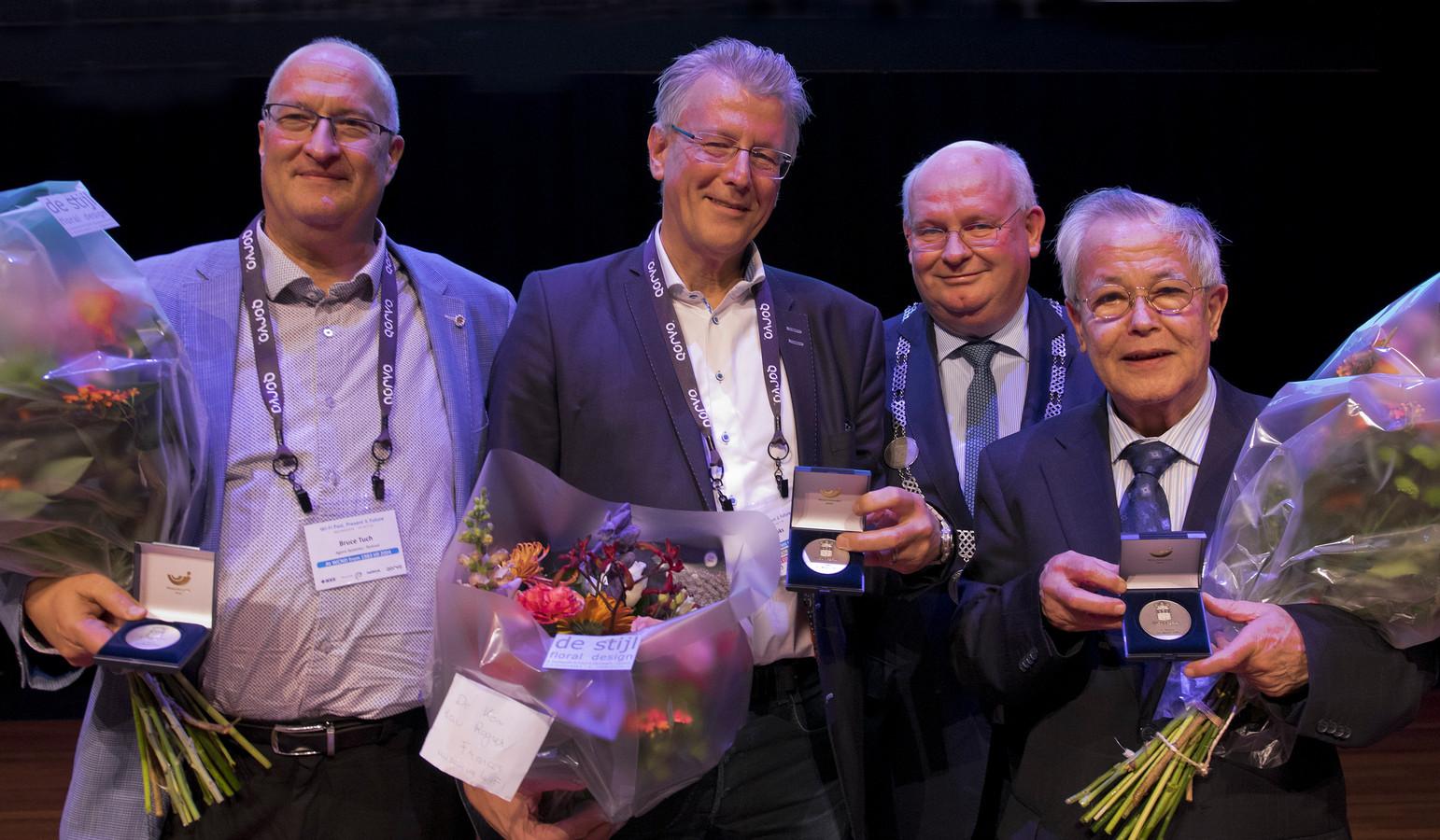 Drie heren die een sleutelrol hebben vervuld bij de uitvinding van WaveLAN, de voorloper van wifi, kregen de stadspenning van Nieuwegein van burgemeester Backhuijs. Middelste van de drie is Cees Links.