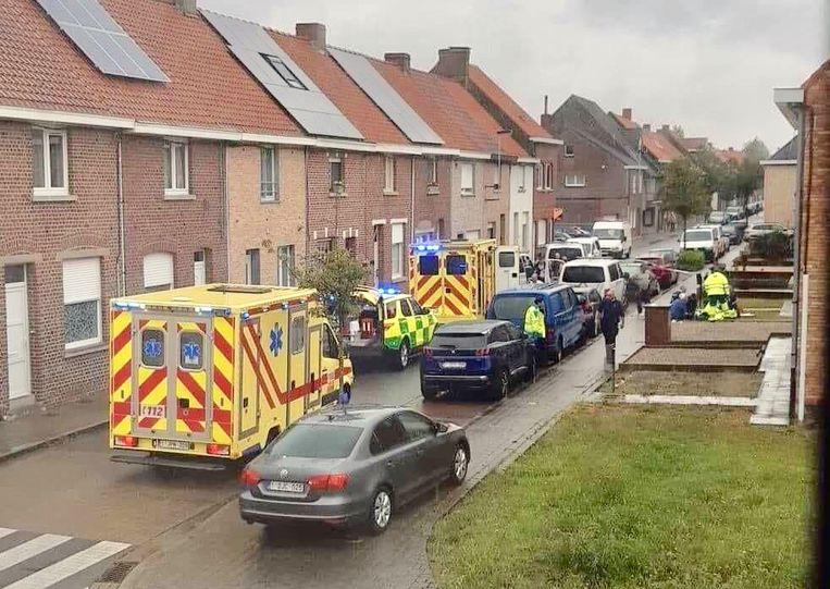 De hulpdiensten zijn bezig met de reanimatie van de beschoten agressieve man en met de verzorging van de gewonde agent.