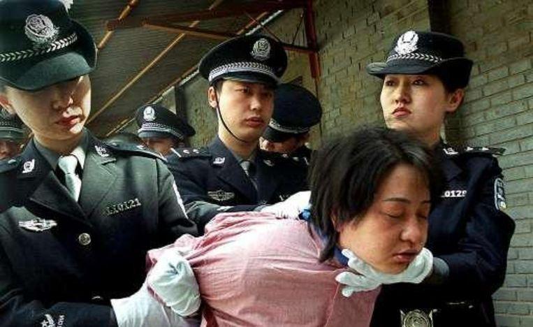 Archieffoto: Een vrouwelijke gevangene wordt naar haar executie gevoerd