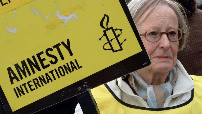 Vrouw demonstreert in Parijs voor de vrijlating van de bemanning van het Greenpeace-schip Arctic Sunrise. Beeld afp