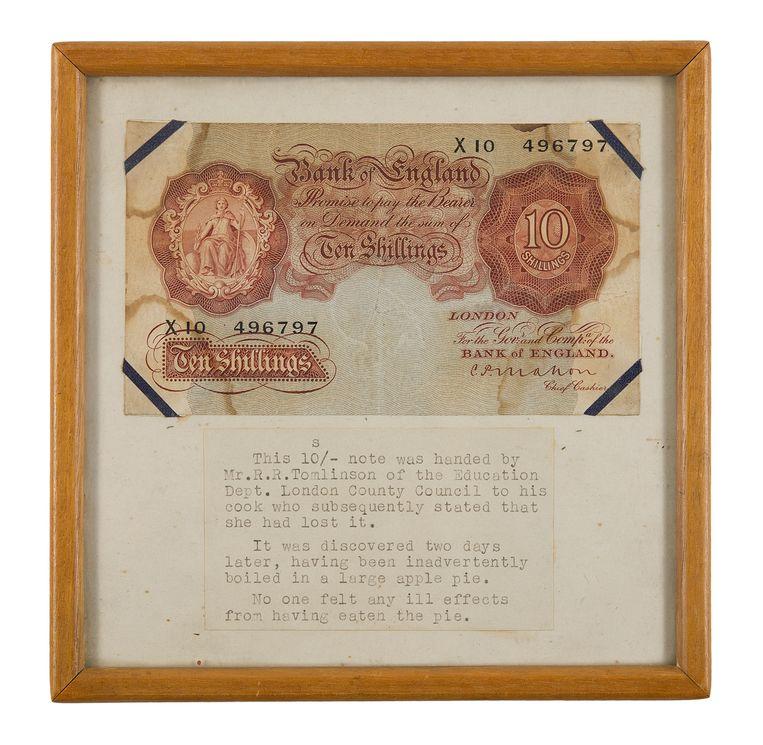 Briefje van 10 shilling dat volgens de ontvanger verloren was gegaan, maar  bleek te zijn meegebakken in een grote appeltaart.  Beeld Expositie Bank of England
