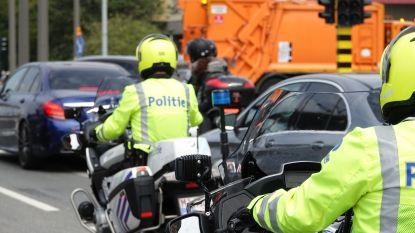 Betrapt: bestuurster (51) zonder rijbewijs rijdt rond in niet-gekeurde wagen met kind dat gordel niet draagt