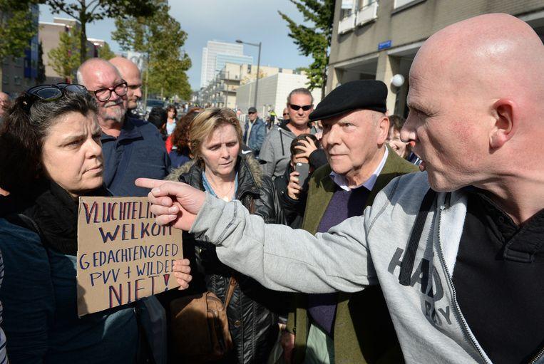 Verhitte discussie in de stad tussen PVV-aanhangers (r) en een enkele tegendemonstrant. Beeld Marcel van den Bergh / de Volkskrant
