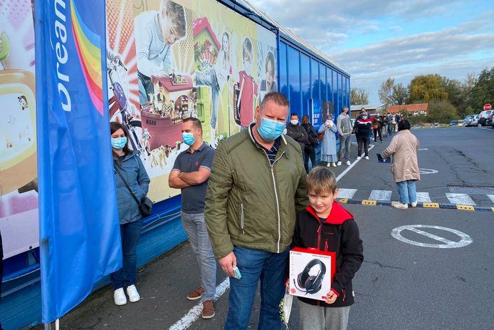 Christophe Van Gyseghem uit Uitbergen kocht voor zijn zoon Mathé een hoofdtelefoon zodat die de komende weken onbekommerd kan gamen.