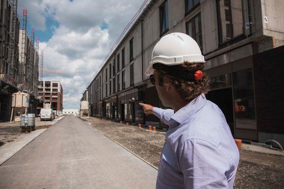 Philippe Onclin geeft een rondleiding op de werf van de Blauwe Boulevard. Boven de winkels komen allemaal nieuwe appartementen.