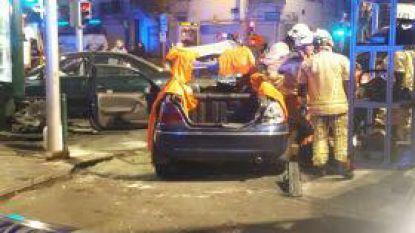 Bestuurder zwaargewond na crash tegen gevel