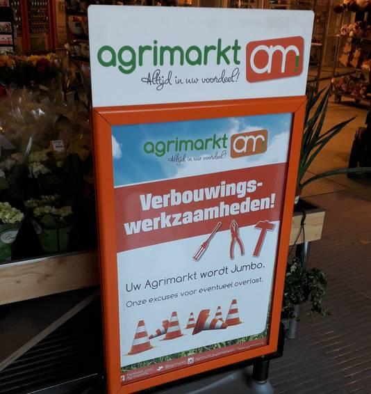 Buiten waarschuwt een bord voor werkzaamheden binnen in de winkel.