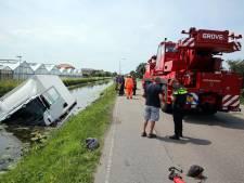 Vrachtenwagen te water langs Delftsestraatweg Pijnacker, weg afgesloten