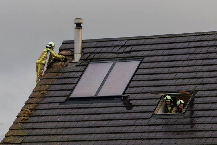 De brandweer moest enkele dakpannen verwijderen om het vuur te kunnen blussen.