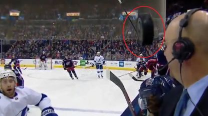 VIDEO. Verdwaalde puck zoeft maar net voorbij gezicht commentator tijdens ijshockeymatch