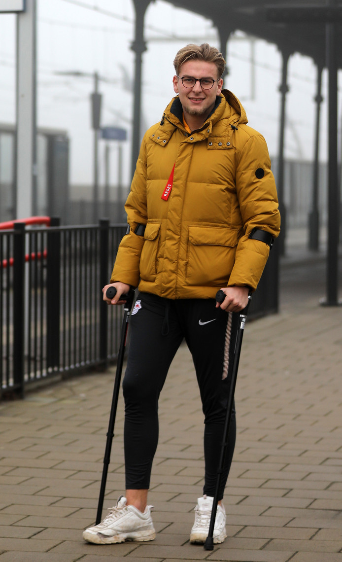 Thomas Muilwijk beweegt zich voorlopig op krukken na zijn zoveelste knieblessure. ,,Zo blijf ik in conditie.''