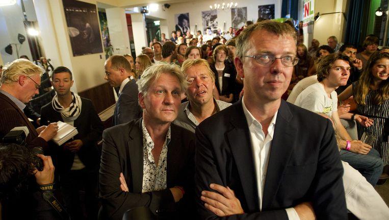 Maarten van Poelgeest (R) en Wijnand Duyvendak (L) van GroenLinks bekijken de tegenvallende prognose van de Tweede Kamerverkiezingen tijdens de uitslagenavond van GroenLinks in het Nieuw Rotterdams Cafe. Beeld null