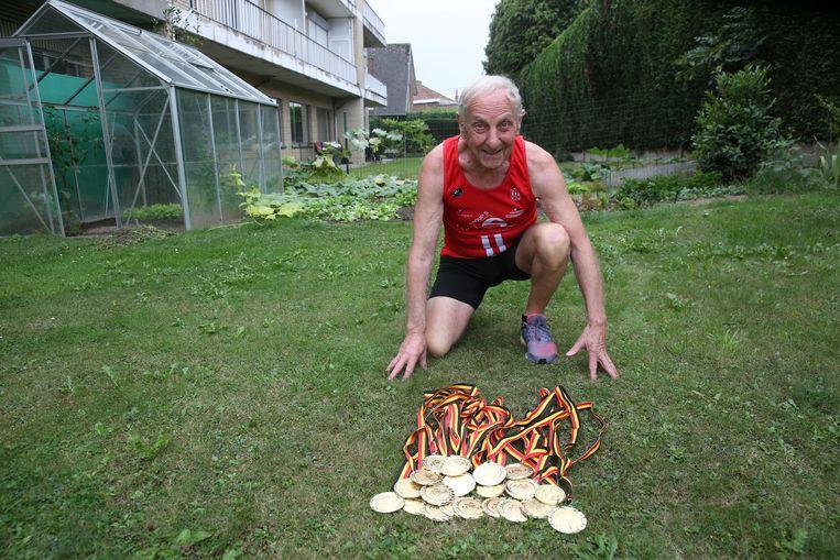Jean-Pierre Van Impe vorig jaar bij de lading medailles die hij toen al verzameld had.
