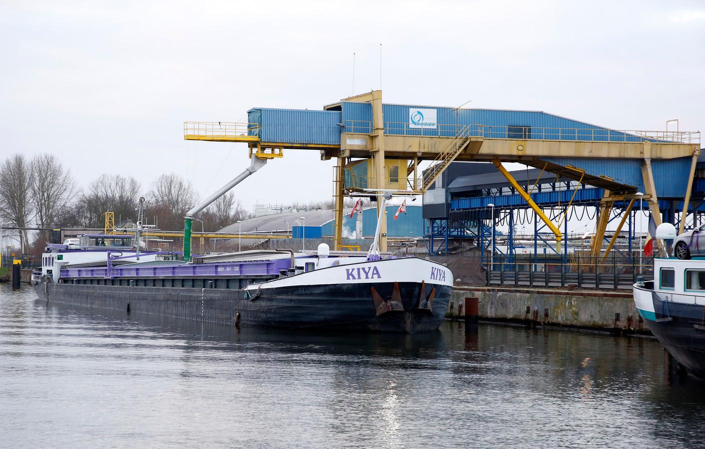 Een binnenvaartschip laadt bij kunstmestfabriek Rosier aan het kanaal Gent-Terneuzen