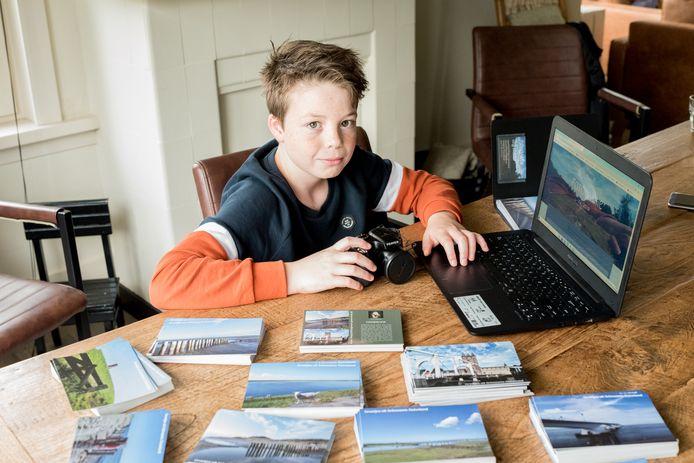 Kaj Rouw uit Burgh-Haamstede verkoopt zijn foto's als ansichtkaarten.