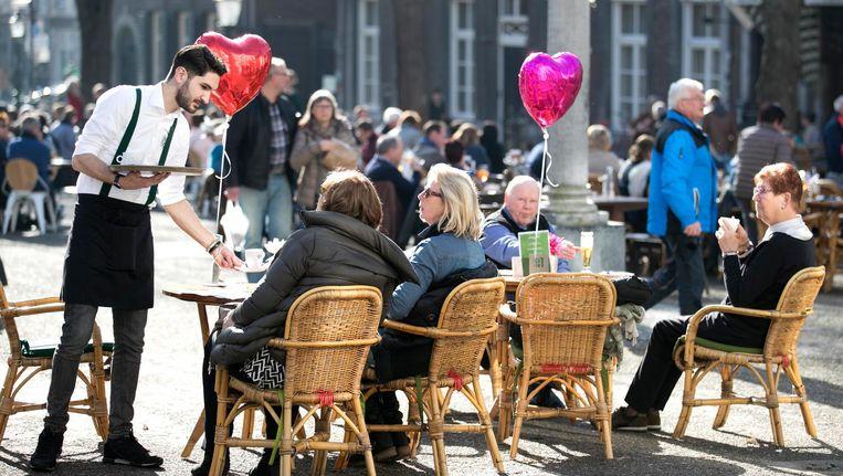 Mensen op het terras in Maastricht. Beeld ANP