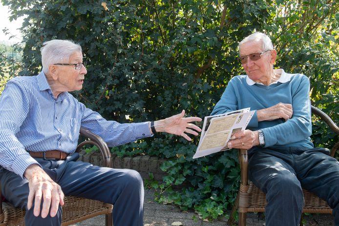 Jan Greven (l) en Gerard van de Put zagen elkaar weer na bijna 80 jaar. Met oude foto's komen de verhalen.