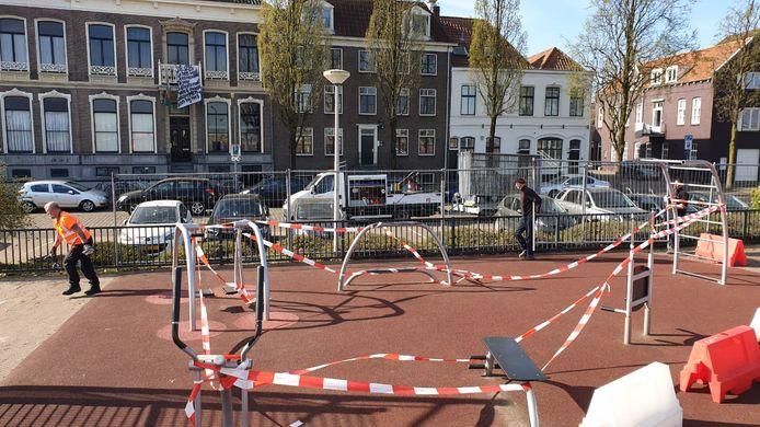 Een sportterrein aan de Waalkade wordt vrijdagmorgen op last van de gemeente Nijmegen gesloten. Medewerkers zetten het terrein met hekken af om verboden samenscholingen te voorkomen.