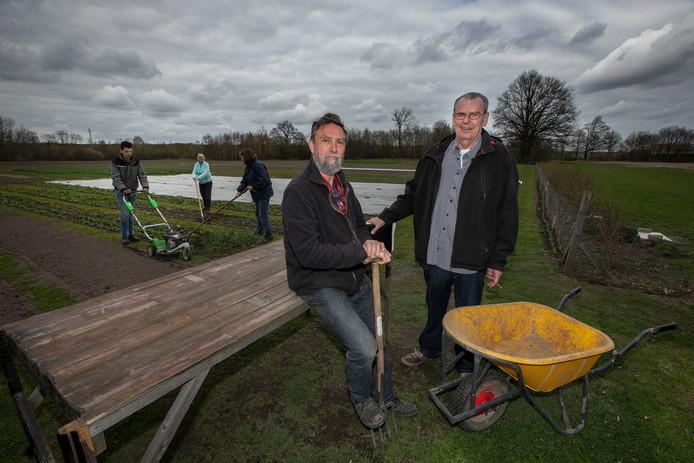 Voorzitter Hennie Kuijken van de Stichting Stadsakkers (staand rechts) is plotseling overleden. Archieffoto Fotoburo Van de Meulenhof
