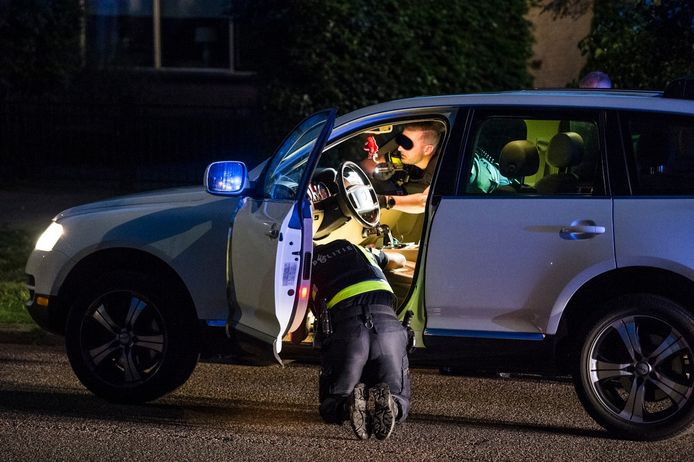 De politie doorzoekt de auto