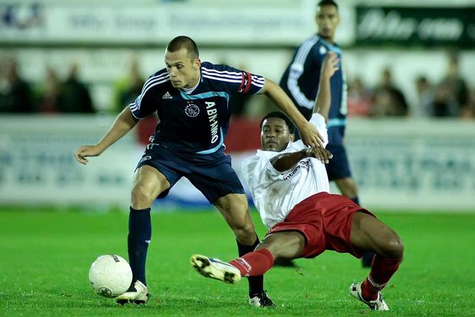 Kozakken boys - Ajax in 2007, Johnny heitinga in duel met marruchen zimmerman.