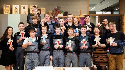 Pastoor Dirk en leerlingen maken houten kruisjes