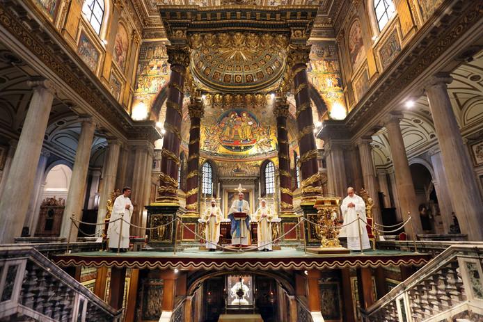 Eucharistievieringen in de basiliek van Santa Maria Maggiore (links) en de Sint-Laurentius buiten de Muren, waar de heilige ook ligt begraven.