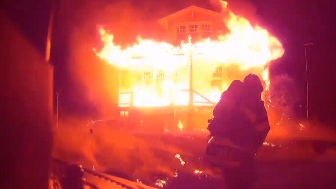 Indrukwekkende helmcamvideo: brandweer redt bewusteloze man uit vuurzee