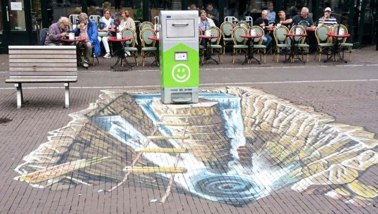 Een vuilnisbak met een straatschildering op het Leidseplein Beeld -