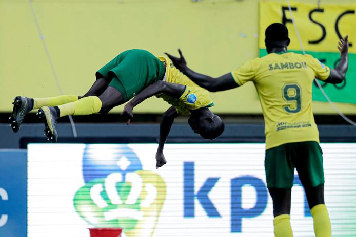 Amadou Ciss vindt in de vijfde minuut van de blessuretijd bij een 2-3 achterstand nog tijd om een salto te maken.