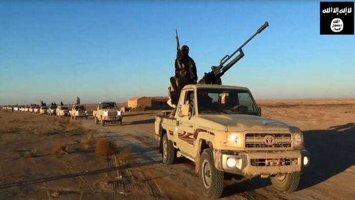 Een still uit een propagandavideo van ISIS. Militanten rijden door de woestijn van de provincie Nineveh.