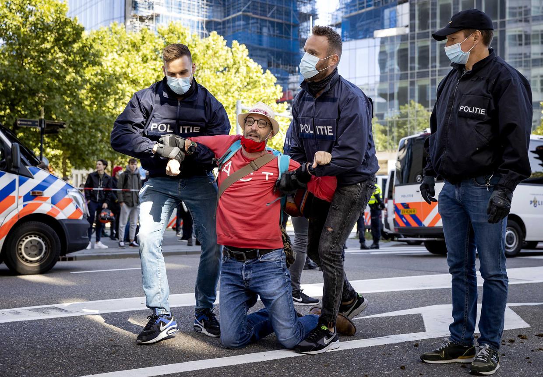 Actievoerders van Extinction Rebellion blokkeerden in september een druk kruispunt in Amsterdam.