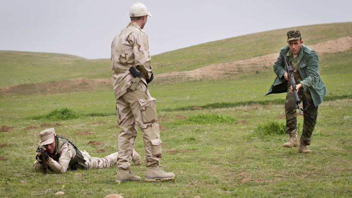 Nederlandse trainers leiden Koerdische Peshmerga-strijders op.