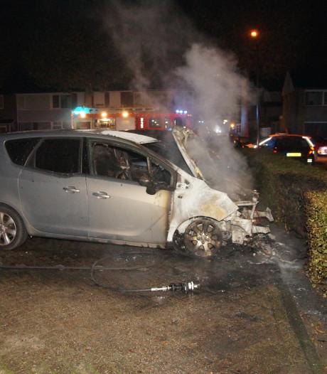 Auto verwoest door brand in Waalwijk