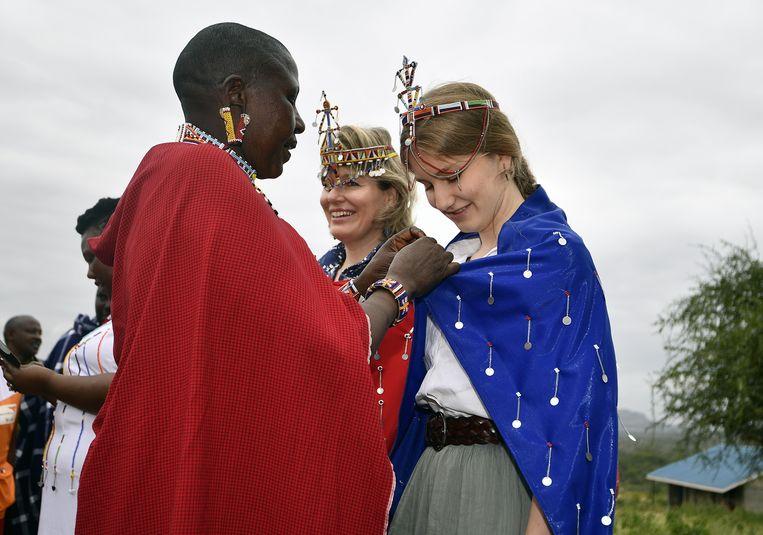 Elisabeth laat zich gewillig een gewaad ombinden. De kroon hebben zij en de koningin dan al op.
