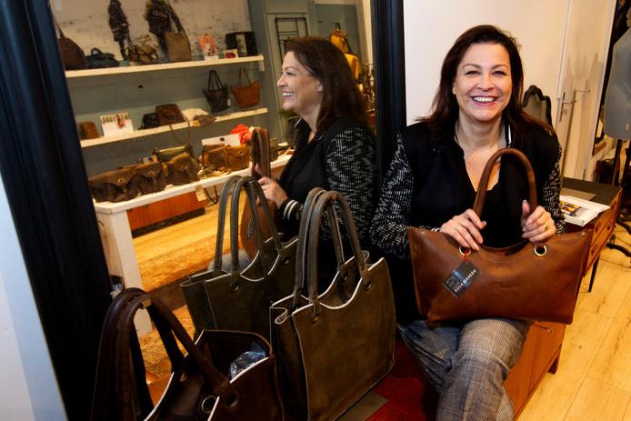 De tassenwinkel van Rosa Maseda in de Deventer binnenstad sluit binnenkort de deuren, omdat ze zich weer echt wil toeleggen op het ontwerpen van tassen. De webshop blijft wel open.
