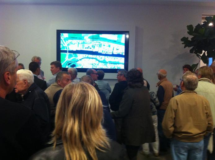 De belangstellenden tijdens de informatieavond over de rondweg Lochem. Foto: Martin Vink