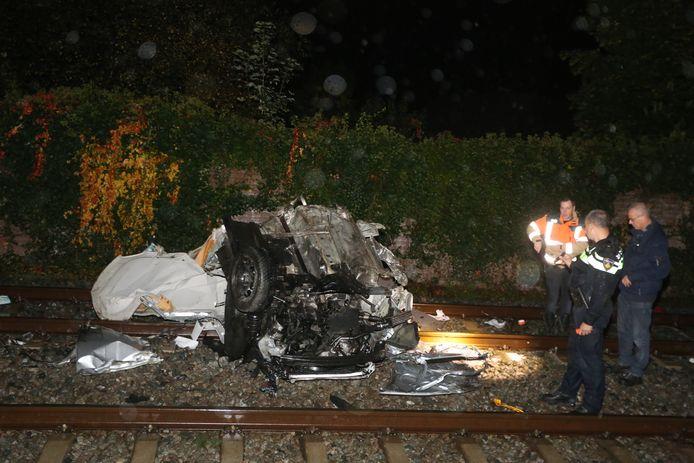 Auto geramd door trein op spoorwegovergang in Boxtel.
