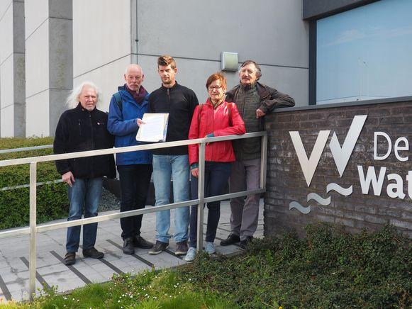Leden van actiegroep 'Red onze Kleiputten' aan de kantoren van De Vlaamse Waterweg in Willebroek. Zij keerden van een kale reis terug.