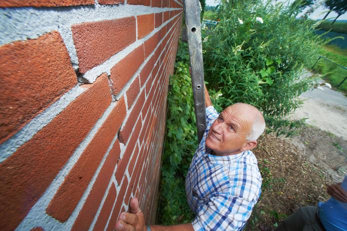Bart van Sleeuwen wijst op een breuk in zijn schuur, ontstaan door een aardbeving.