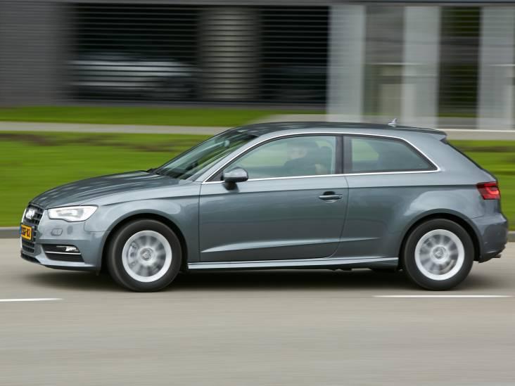 Man met vuurwapen berooft duo van Audi A3 in Eindhoven