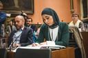 Hafsa El-Bazioui van Groen zit naast Tom De Meester van PVDA